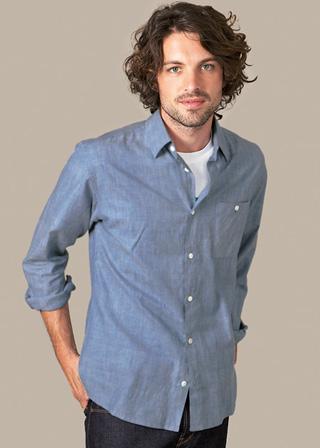 素材感のある無地のカジュアルシャツ。シンプルで大人っぽい雰囲気に。
