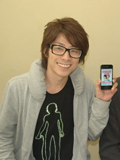 アーティスティックなイラストTシャツで個性が光る田村淳さんです