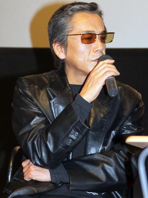 ブラックのワイルドなジャケットがとっても似合う寺島進さんです