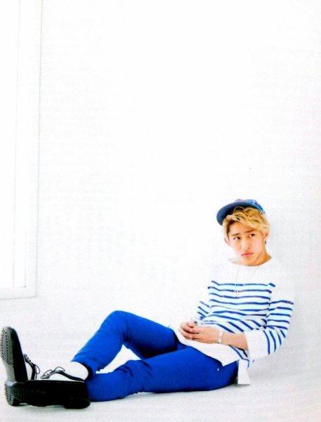 青いスキニーパンツでさわやかなコーディネートの三宅健さんです