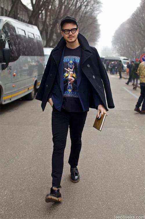 アメコミイラストのプリントが入ったTシャツでかわいさを取り入れたファッション