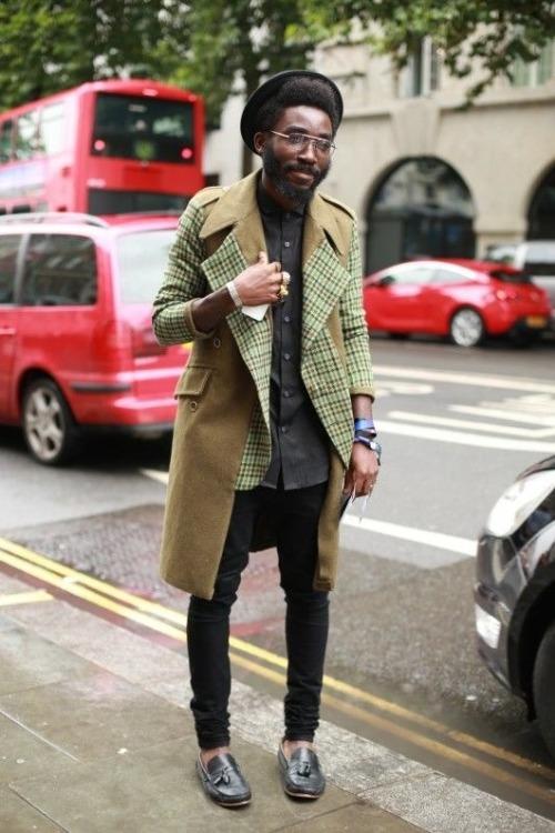 奇抜なデザインのロング丈ジャケットの着こなしです