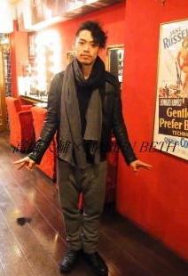ストールを取り入れた落ち着いた大人ファッションの高橋大輔さんです