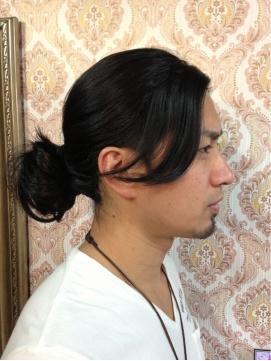 長い黒髪を後ろで束ねた本流のサムライヘアスタイル