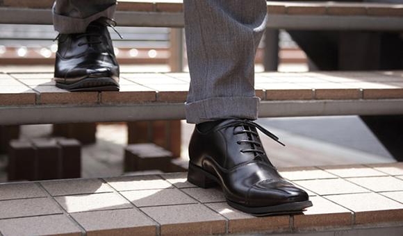 履くだけで簡単に身長が高くできるシークレットシューズ