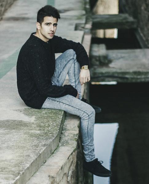 ドットセーターとジーンズの上品大人シンプル秋ルスタイル(※投稿参考です)